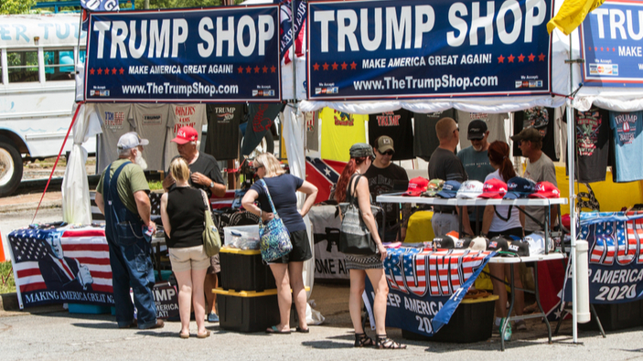 Per finanziare la propria campagna, Trump vende cannucce di plastica, lanciando un messaggio politico