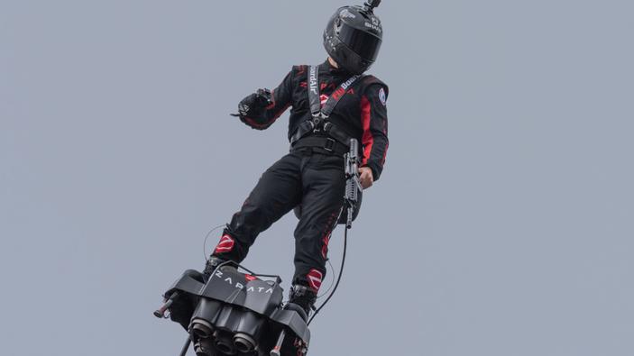Franky Zapata attraversa la Manica a bordo di un hoverboard