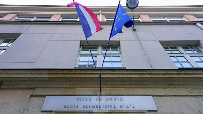 Schulen in Frankreich müssen jetzt in Klassenzimmern Fahnen anbringen