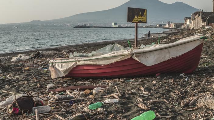 Maltempo, il lungomare di Napoli invaso dalla plastica