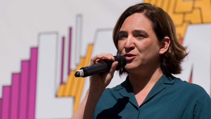 La alcaldesa de Barcelona, en tierra de nadie