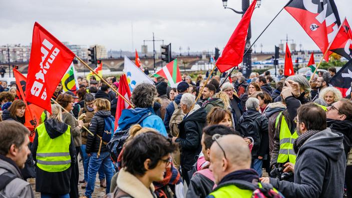 Un'imponente sciopero dei lavoratori paralizza la Francia