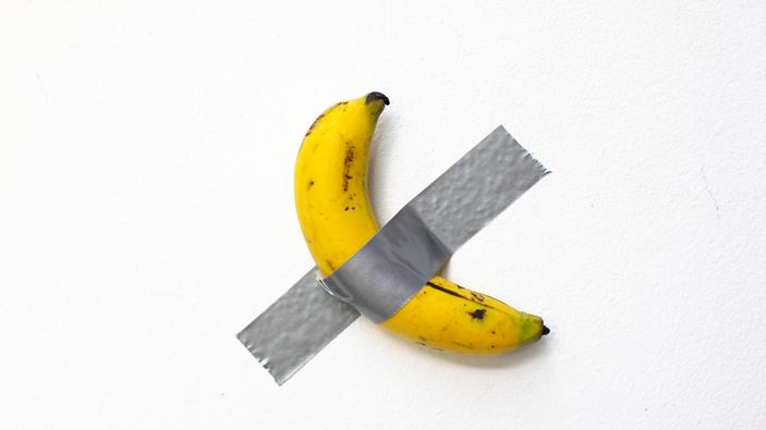 Artista se come una banana de 120 mil dólares
