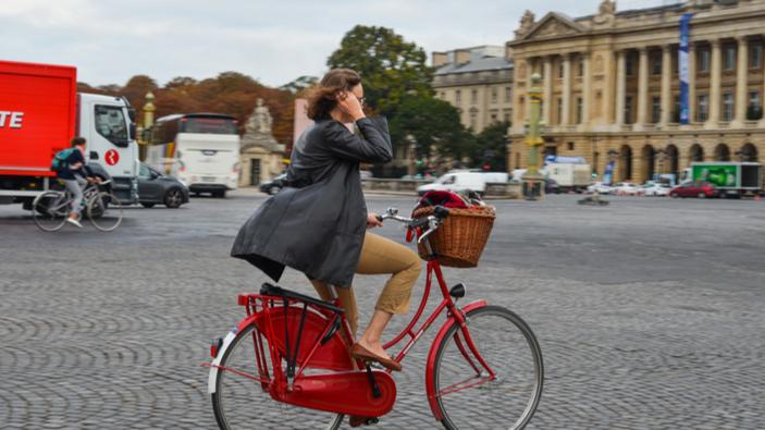 Grève des transports en France : les Parisiens enfourchent leur vélo