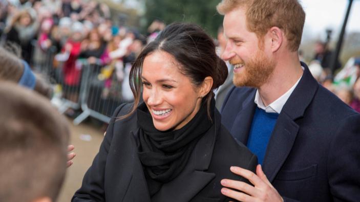 """El príncipe Enrique y Meghan anuncian su intención de """"dar un paso atrás"""" de la familia real"""