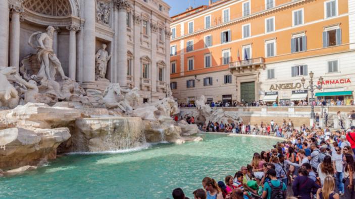 Una barriera davanti la Fontana di Trevi contro l'inciviltà dei turisti irrispettosi