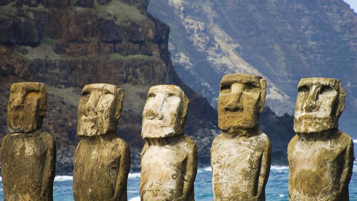 Un pickup distrugge una delle statue sacre dell'Isola di Pasqua