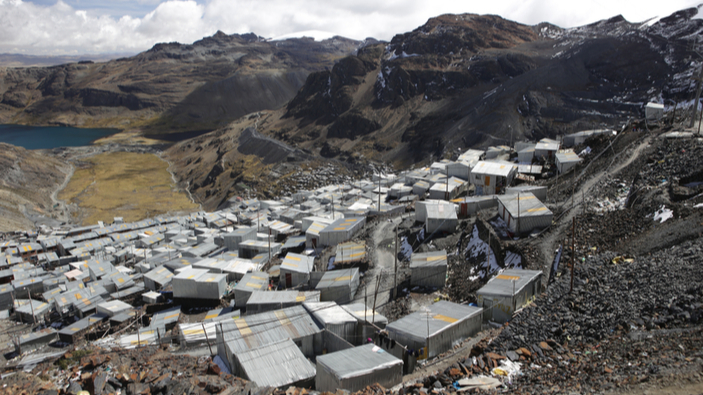 La dura vida de las mujeres que buscan oro en las montañas de Perú