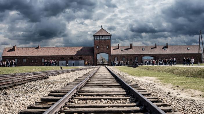 La scuola italiana come Auschwitz, il post provocatorio del consigliere leghista