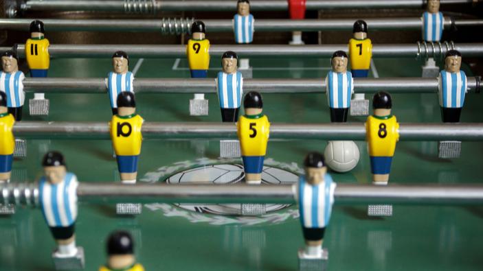 """Argentinos crean un """"metegol humano"""" que respeta el distanciamiento social"""
