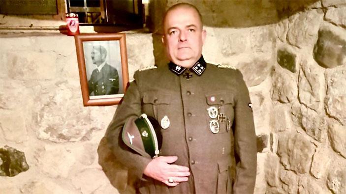 Bufera per la foto del consigliere di Fratelli d'Italia con la divisa nazista