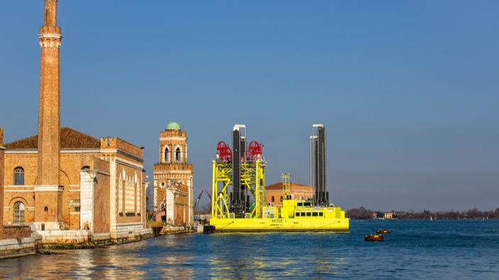 Venezia, proteste degli ambientalisti durante il primo test del Mose