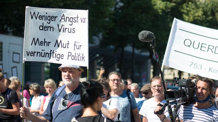 Des milliers de personnes défilent à Berlin contre les restrictions liées au coronavirus