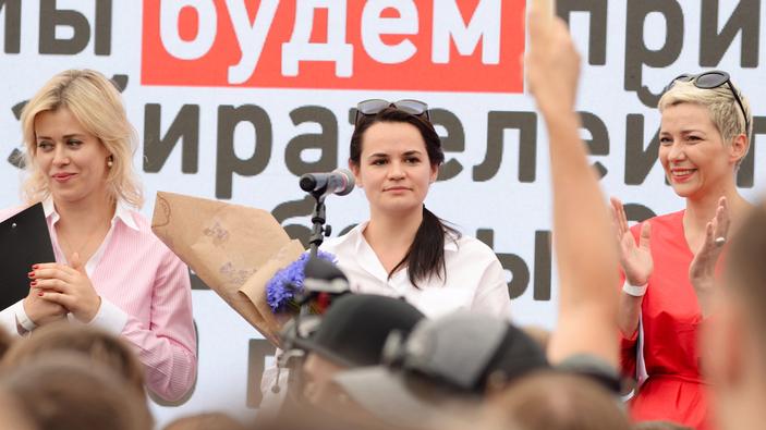 Weißrussische Oppositionsführerin flieht aus Belarus inmitten von Zusammenstößen mit der Polizei