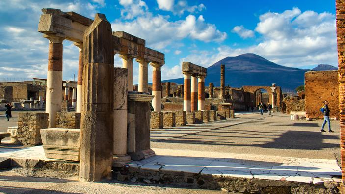 Pompei, turista sale sul tetto delle Terme Centrali, per scattare selfie e foto panoramiche