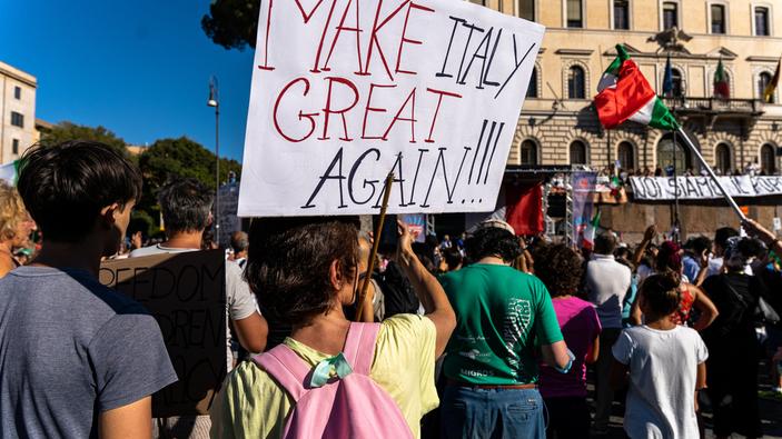 Roma, in piazza i negazionisti del Covid
