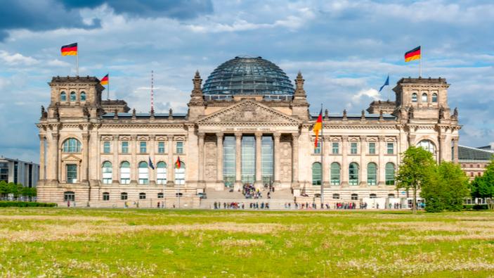 Rechtsradikale stürmen Treppen des historischen Reichstagsgebäudes