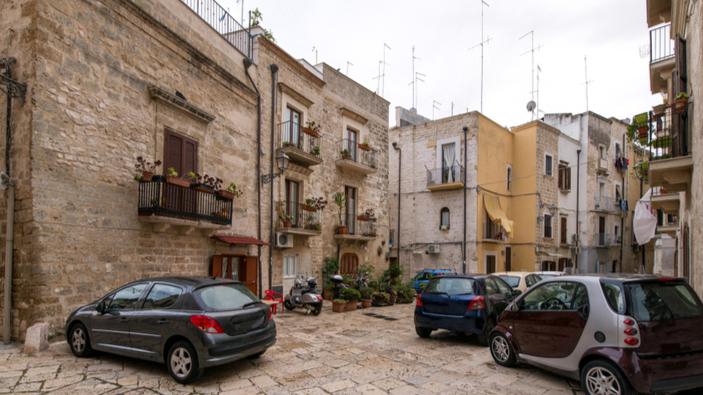 Bari, studentessa denuncia la piaga dei parcheggiatori abusivi