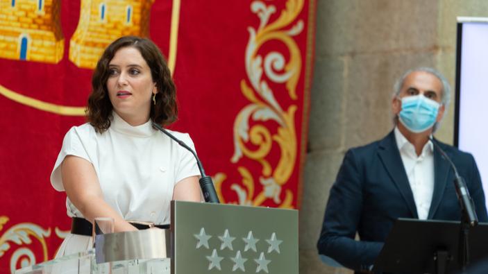Craig Mazin opina sobre la presidenta de la Comunidad de Madrid