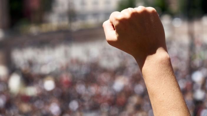 """Roma, negazionisti del Covid protestano contro la """"dittatura sanitaria"""" del Governo"""