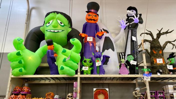 Esqueleto gigante se convierte en la decoración favorita de Halloween