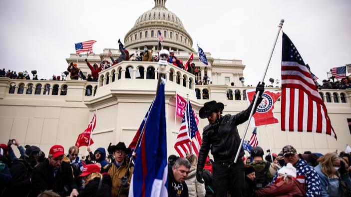 Una turba invade el Capitolio estadounidense