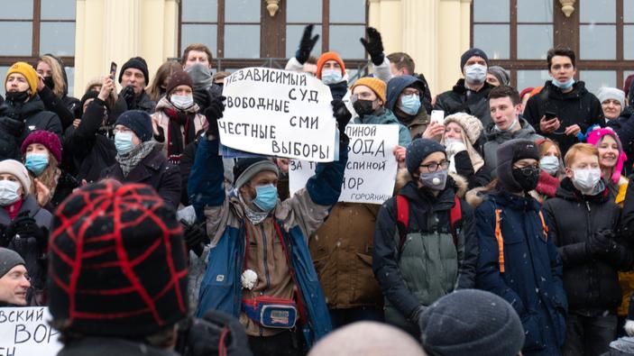 L'oppositore di Putin, Alexey Navalny, condannato al carcere per violazione della libertà vigilata tra proteste di massa