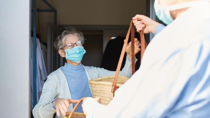 En France, des volontaires face à la solitude des personnes âgées