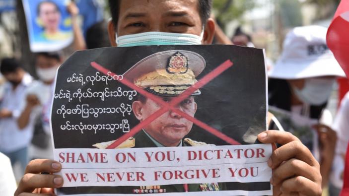 Generali del Myanmar festeggiano, durante l'indignazione globale per il massacro