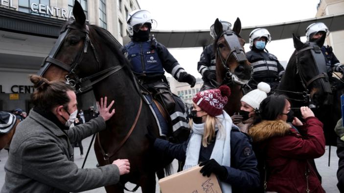 Verhaftungen bei Protesten gegen COVID-19-Beschränkungen in Europa