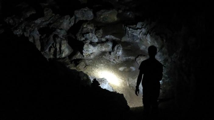 Voluntarios franceses dejan una cueva después de 40 días de aislamiento