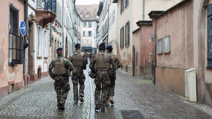 Polémique en France pour une tribune offensive signée par des militaires