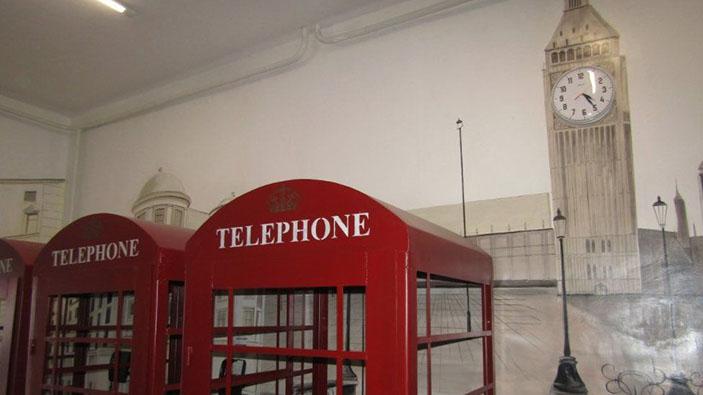 Prigionieri usano la cabine telefoniche rosse britanniche in una prigione russa