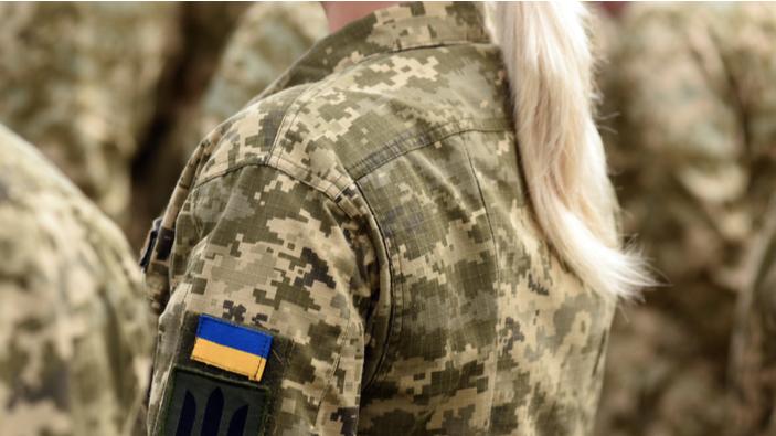 Mujeres soldados entrenan para marchar con tacones altos