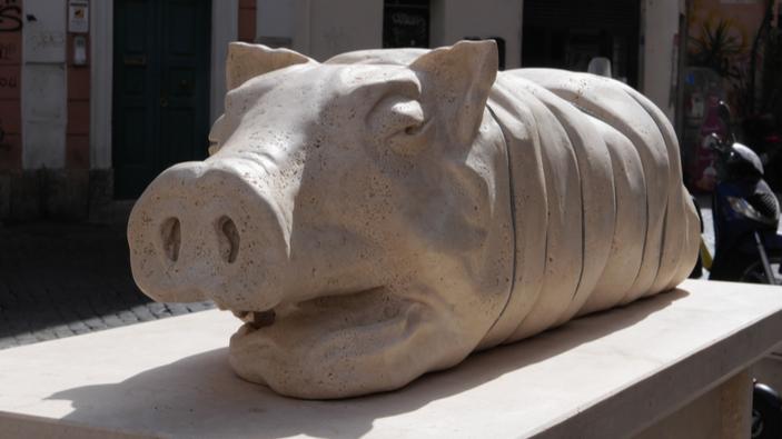 Roma, la statua della porchetta fa infuriare gli animalisti
