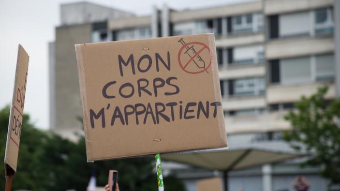 En France, un pass sanitaire qui a du mal à passer