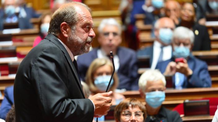 En France, le ministre de Justice affaibli par une mise en examen