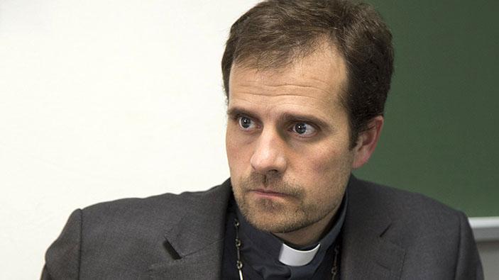Un obispo español famoso por sus exorcismos se enamora de una escritora de novelas erótico-satánicas
